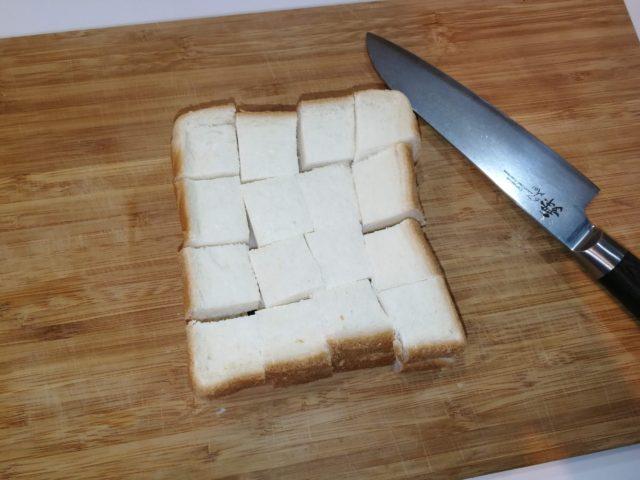 ◆パンをひたす 食パンを1~2cmくらいの大きさに切る。